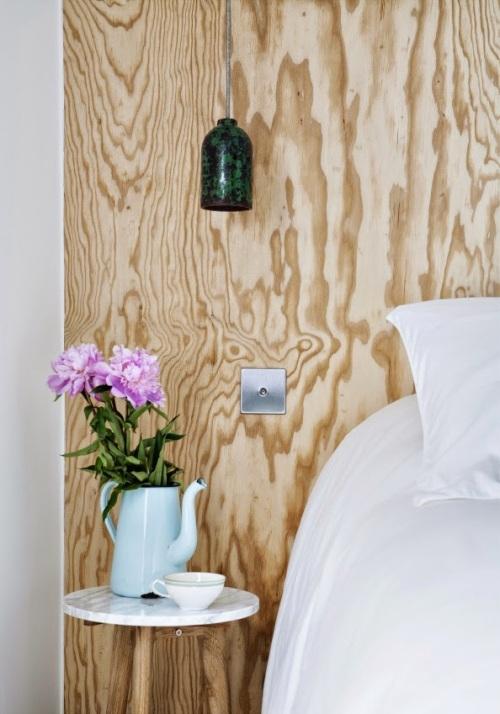 gros-plan-sur-un-cote-du-lit-et-d-un-chevet-ou-est-pose-un-arrosoir-en-guise-de-vase-de-l-une-des-chambres-de-l-hotel-henriette-a-paris-sizel-158281-1200-849