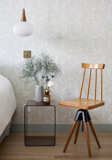 hotel-henriette-paris-gobelins-chambre-suite-junior-detail-chaise-bois-vintage-2-450x640